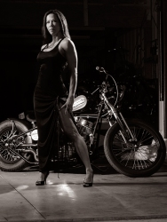 li-ling-garage-session-glamour-greyscale